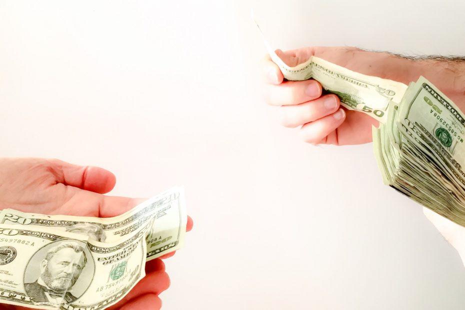 händer som håller i pengar